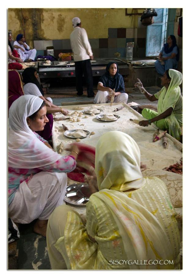 Mujeres amasando chapatis