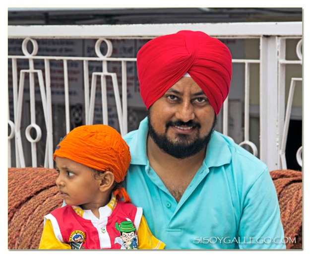 En la entrada del templo y llevando el típico turbante sij