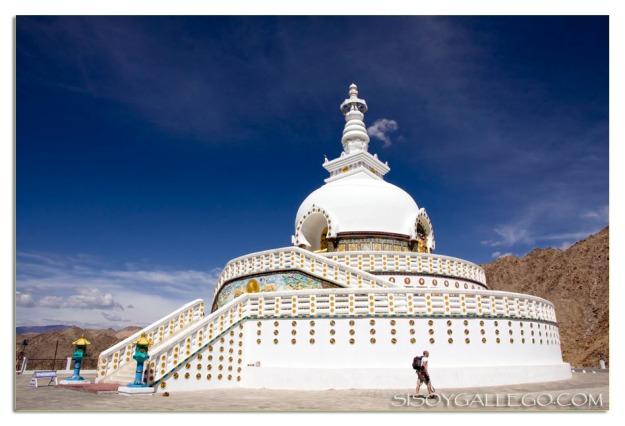 La Stupa de Leh. Con una persona caminando a su lado se ven mejor las proporciones.