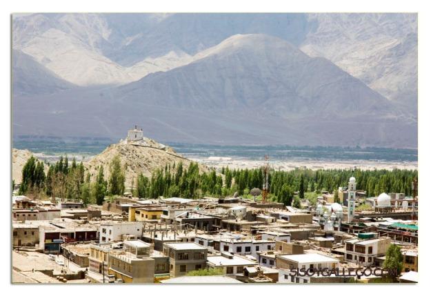 Vista parcial de Leh con sus casas de tejados planos