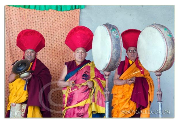 Destaca la desgastada vestimenta del monje situado en el centro