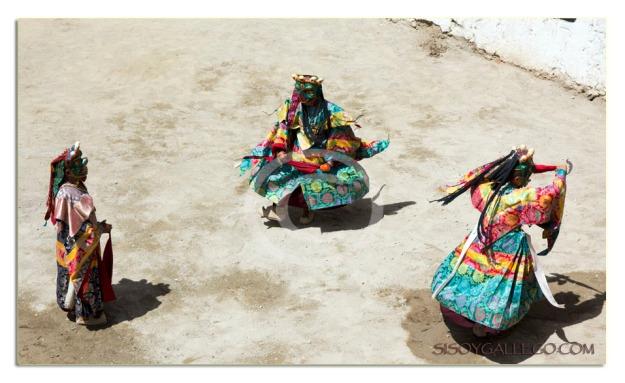 Monjes danzando en el festival en Phayang