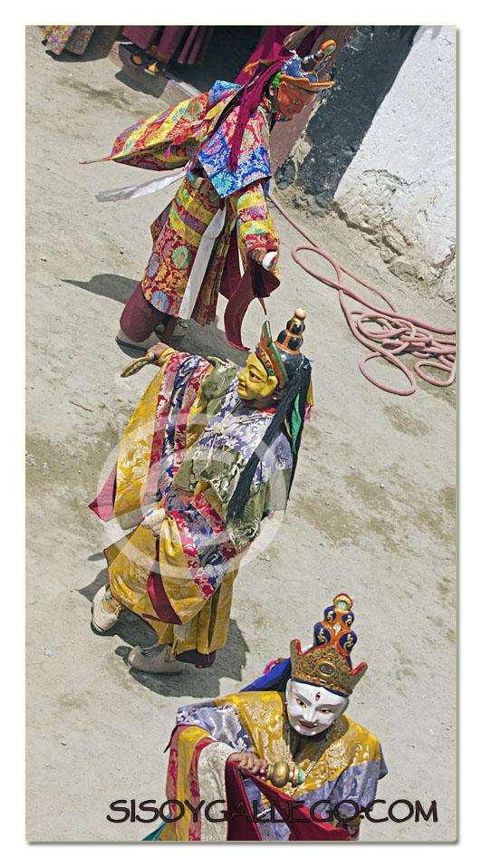Monjes danzando en el festival de Phayang