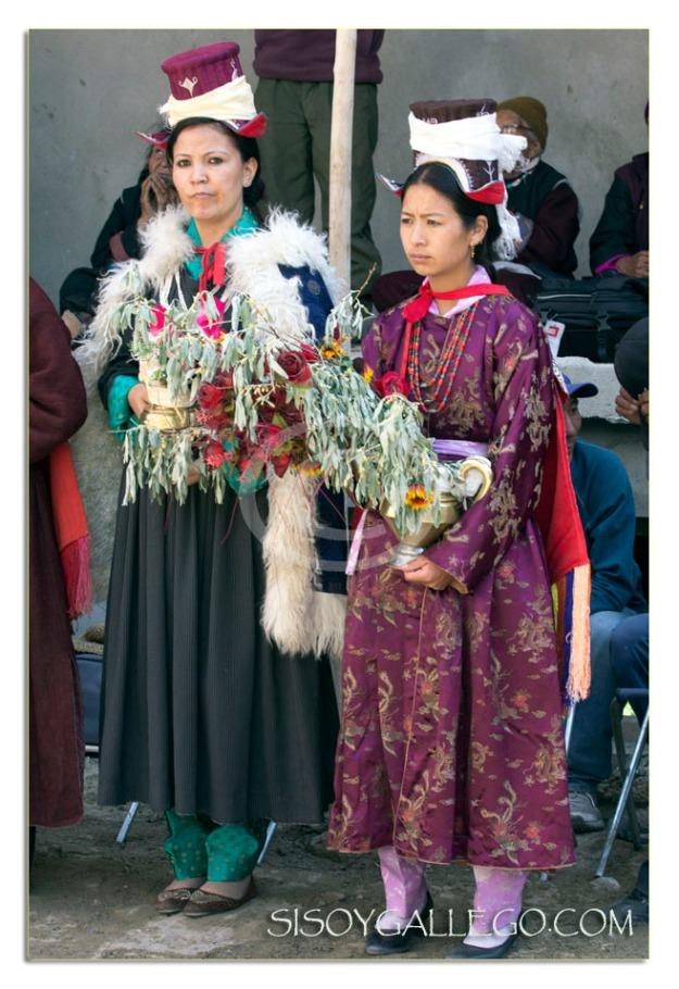 Las mujeres visten sus mejores galas y joyas para la ocasión