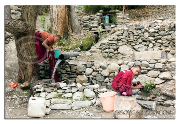 Niños de una escuela-guardería lavando ropa