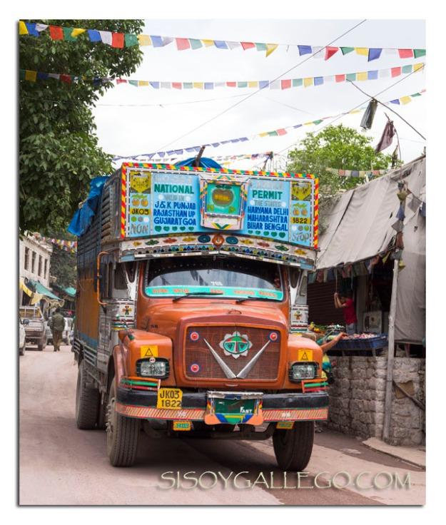 Camión pasando por las omnipresentes banderas de oración