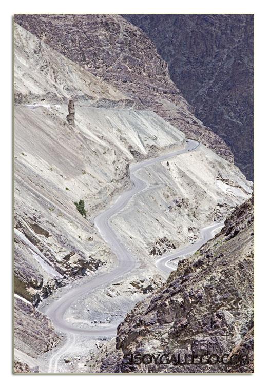 Una serpenteante carretera nos lleva a Lamayuru