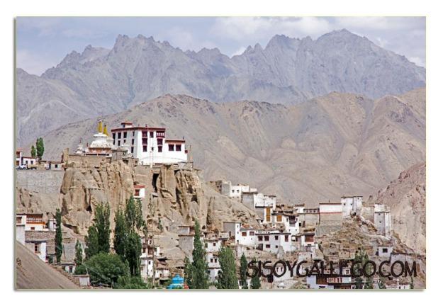 En el pico de la montaña el Monasterio de Lamayuru