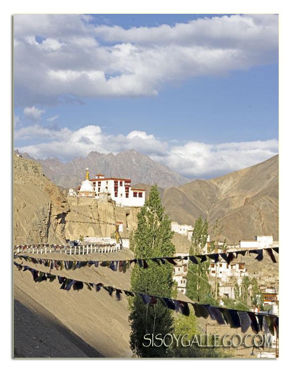 Monasterio de Lamayuru y banderas de oración
