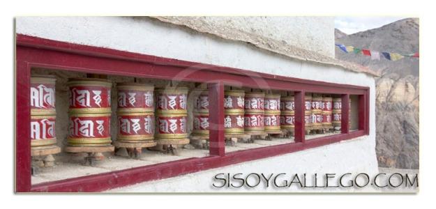 Rodillos de oración a la entrada de un monasterio