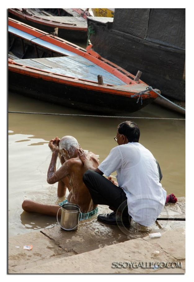 _Ganges.Hijo bañando a padre